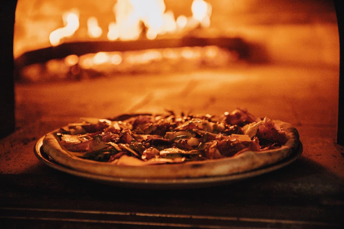 Jak upiec pizzę idealną? Tajemnice tworzenia udanego dania
