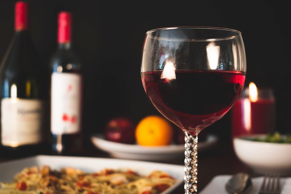 Nie ma idealnej pizzy bez wyśmienitego wina. To idealne połączenie i warto wiedzieć, jak je uzyskać?