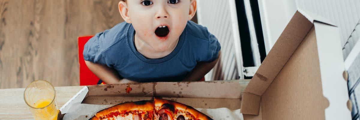 Pizza na śniadanie? 36% Amerykanów przyznaje się do jedzenie jej na śniadanie - czy smakuje lepiej następnego dnia?