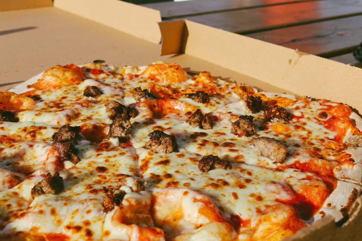 Pizza na wynos – za co ją uwielbiamy i w jakich okolicznościach warto jej spróbować?